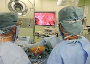 モニターを見ながら手術を行います
